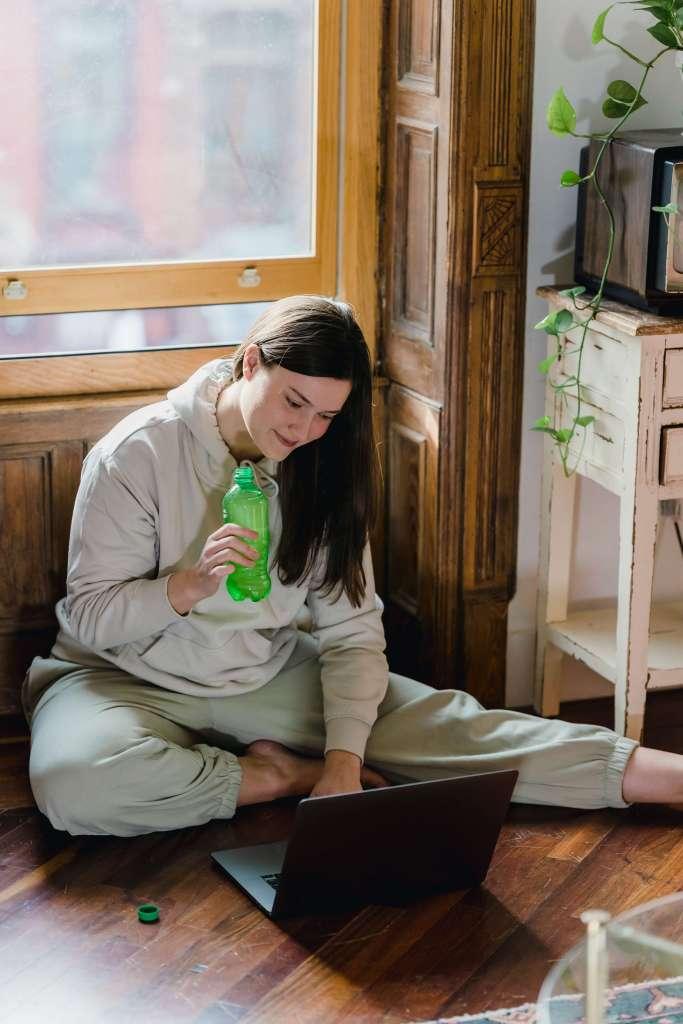 Mujer joven mirando su ordenador