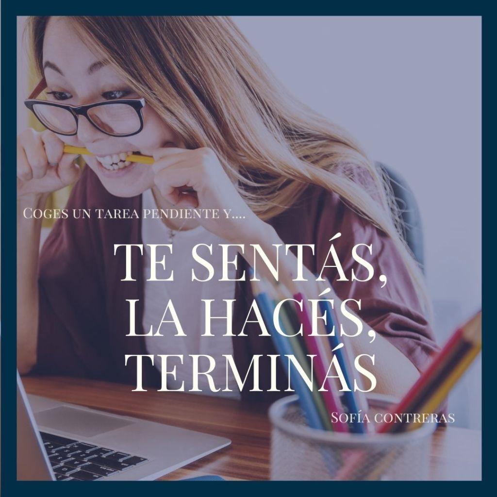 """Se ve una chica delante de una pantalla mordiendo un lápiz. El texto es una cita de Sofía Contreras que dice: """"Te sentás, lo hacés, terminás""""."""